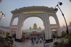 德里,印度- 2017年9月19日:输入的未认出的人在班戈拉・撒西比谒师所锡克教徒寺庙曲拱  库存图片