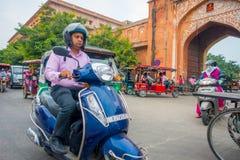 德里,印度- 2017年9月19日:骑在paharganj街道的未认出的人摩托车,那里是许多 免版税图库摄影