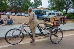 德里,印度- 2017年9月19日:骑自行车在街道的未认出的人,那里是许多旅游逗留在这个区域  库存照片