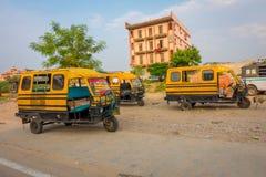 德里,印度- 2017年9月19日:Autorickshaw黄色和绿色在肮脏的街道, paharganj 有许多游人 免版税库存图片