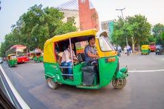 德里,印度- 2017年9月19日:Autorickshaw黄色和绿色在街道, paharganj 有许多旅游逗留 库存图片