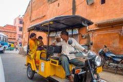 德里,印度- 2017年9月19日:Autorickshaw黄色和绿色在街道, paharganj 有许多旅游逗留 免版税库存图片