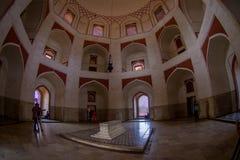 德里,印度- 2017年9月19日:Humayun s坟茔的室内看法,德里,印度 联合国科教文组织世界遗产名录站点,它是 免版税图库摄影