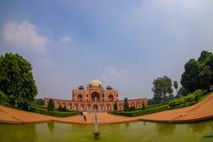 德里,印度- 2017年9月19日:Humayun s坟茔美丽的景色,与前面的一个人为池塘在德里,印度 库存图片