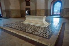 德里,印度- 2017年9月19日:Isa可汗坟茔一个白色坟茔的美好的室内看法在Humayun ` s坟茔复合体的 免版税库存照片