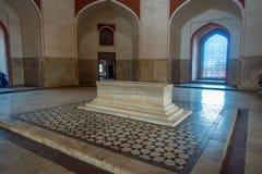 德里,印度- 2017年9月19日:Isa可汗坟茔一个白色坟茔的美好的室内看法在Humayun ` s坟茔复合体的 库存图片