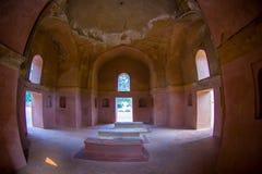德里,印度- 2017年9月19日:Isa可汗坟茔有些坟茔美好的室内看法在Humayun ` s坟茔复合体的 图库摄影