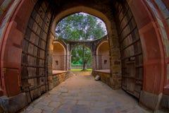 德里,印度- 2017年9月19日:Isa可汗坟茔的美丽的景色在Humayun ` s坟茔复合体的在德里,印度,与 库存图片