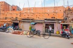 德里,印度- 2017年9月19日:paharganj街道的未认出的人,那里是许多旅游逗留在这中 图库摄影