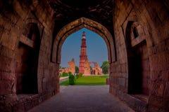 德里,印度- 2017年9月25日:Qutub Minar美丽的景色,通过扔石头的曲拱,一个联合国科教文组织世界heritag 库存照片