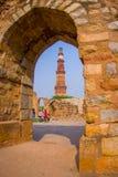 德里,印度- 2017年9月25日:Qutub Minar美丽的景色,通过扔石头的曲拱,一个联合国科教文组织世界heritag 库存图片