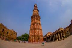 德里,印度- 2015年7月20日:Qutub Minar,一联合国科教文组织世界heritag站点,创立在被找出的13世纪初  免版税图库摄影