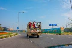 德里,印度- 2017年9月19日:truct的后面部分的未认出的人,旅行到国际性组织 库存图片