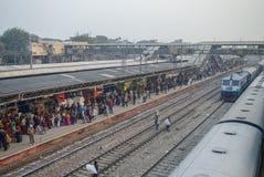 德里,印度- 2012年1月10日:在新的D的拥挤火车平台 免版税库存照片