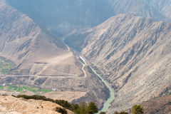 德钦,中国- 2015年3月15日:Meili雪山的澜沧江 库存照片