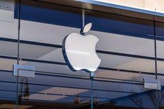 德顿-大约2018年4月:苹果计算机商店零售购物中心地点 苹果计算机出售和服务iPhones和iPads III 免版税库存照片