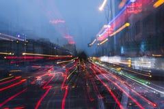 德黑兰都市风景五颜六色的汽车光在街道追踪 库存图片