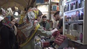 德黑兰,伊朗- 2019-04-03 -化妆用品的繁忙的义卖市场妇女商店 股票视频