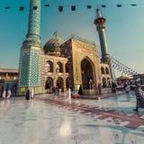 德黑兰,伊朗- 2016年10月03日:走在Emamzade附近的人们 库存照片