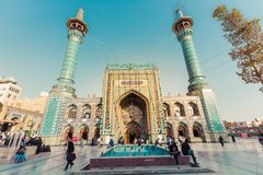 德黑兰,伊朗- 2016年10月03日:走在Emamzade附近的人们 免版税库存图片