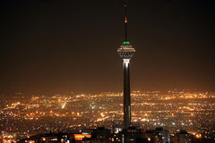 德黑兰地平线和Milad塔在晚上 免版税图库摄影