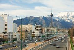 德黑兰街道视图有Milad塔和Alborz山的 免版税库存图片