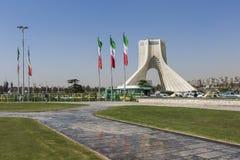 德黑兰,伊朗- 2016年10月03日:与Ira flasgs的Azadi塔  库存图片