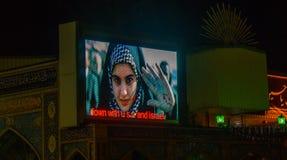 德黑兰,伊朗- 2016年11月04日:伊朗宣传aggainst美国在德黑兰,在显示板的shwon由Imamzadeh萨利赫清真寺 库存照片