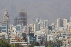 德黑兰,伊朗- 2016年10月03日:德黑兰地平线和绿叶 免版税库存照片
