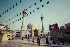 德黑兰,伊朗- 2016年10月03日:走在Emamzade附近的人们 免版税库存照片