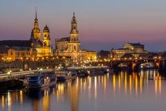 德累斯顿夜都市风景Bruehl大阳台, Hofkirche教会,王宫, Semper歌剧 库存图片