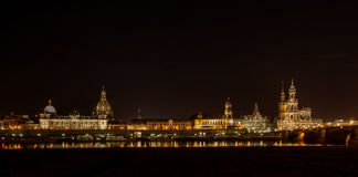 德累斯顿德国欧洲都市风景风景河桥梁易北河在晚上 库存照片