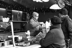 德累斯顿,德国, 2016年12月19日:圣诞节市场 德累斯顿德国 庆祝圣诞节在欧洲 库存照片