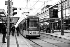 德累斯顿,德国, 2016年12月19日:现代电车轨道在德累斯顿在德国 乘客的登陆的 库存图片