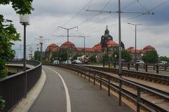 德累斯顿,德国- 2015年7月13日:全景采取从有剧烈的云彩的一条街道 免版税库存图片