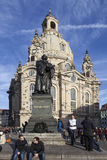德累斯顿,德国- 2015年12月19日:Frauenkirche的照片和对马丁・路德的纪念碑 免版税库存照片