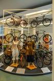 德累斯顿,德国- MAI 2015年:有古老自行车的2个女孩在Dresd 免版税库存图片