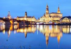 德累斯顿 在与反射的暮色蓝色小时德国, 免版税库存照片
