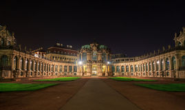 德累斯顿Zwinger有照明的宫殿全景在晚上 免版税库存照片
