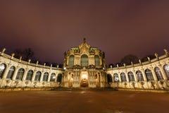 德累斯顿Zwinger有照明的宫殿全景在晚上 库存照片