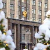 徽章俄罗斯的杜马的大厦门面的在冬天季节的 免版税库存图片