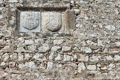 徽章在中世纪堡垒的墙壁上的 图库摄影