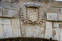徽章在入口的对La须田堡垒 莱里达省加泰罗尼亚西班牙 库存图片