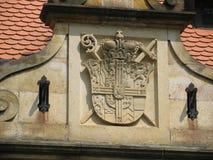 徽章在历史建筑的盾 库存照片
