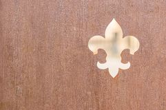 徽章在土气木背景的fleur de iys标志 免版税库存图片