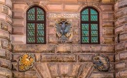 徽章有两顶头老鹰的在纽伦堡 免版税图库摄影