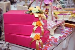 徽章礼物盒 订婚桃红色礼物盒 有黄色玫瑰部分盖和围拢的丝带的微小的礼物盒开花 v 免版税库存图片