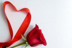 心形做了红色丝带在白色木背景 拷贝空间-华伦泰和3月8日母亲Women';s天概念 免版税库存图片