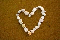 心形白色石头,在夏天休假背景的海滩,塞浦路斯 免版税库存图片