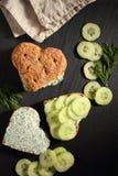 心形的三明治用乳脂干酪 免版税库存图片
